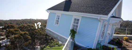 屋上の上に変な家が