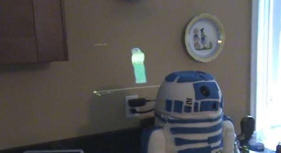 R2-D2のケーキからホログラム映像でレイア姫が!