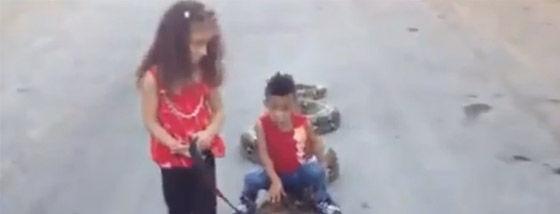 パレスチナの姉弟は巨大な蛇と遊ぶ