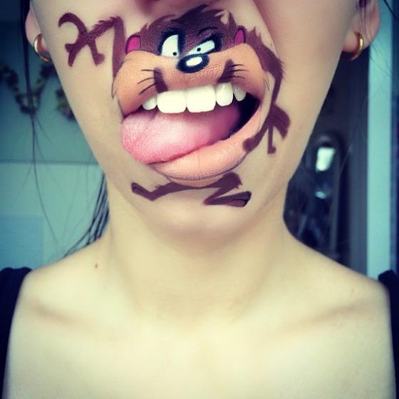 美女が唇を利用して顔に描く1