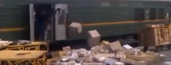 電車の中から荷物がポーン