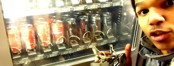 自販機からジュースを盗めるロボットを発明したよ