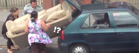 ソファを車に積む