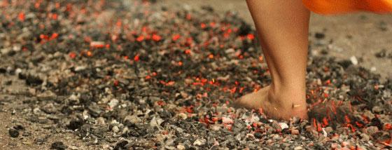 燃え盛る炭の上を歩く方法1