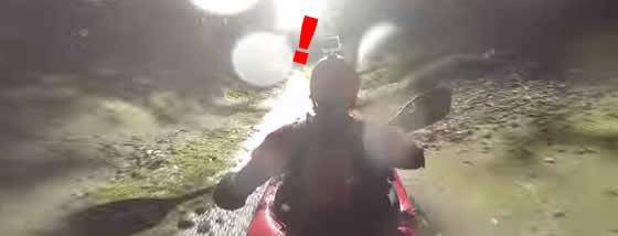 猛スピードで排水路をカヤックで流れる