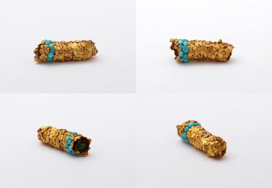 金色に輝くトビケラの幼虫9