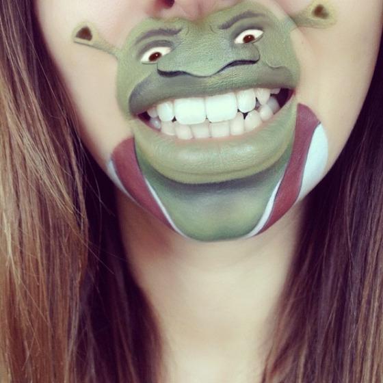 美女が唇を利用して顔に描く9