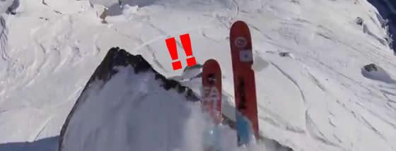 岩だらけの崖をスキーで滑る