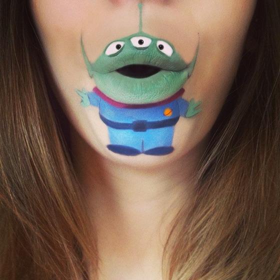 美女が唇を利用して顔に描く7