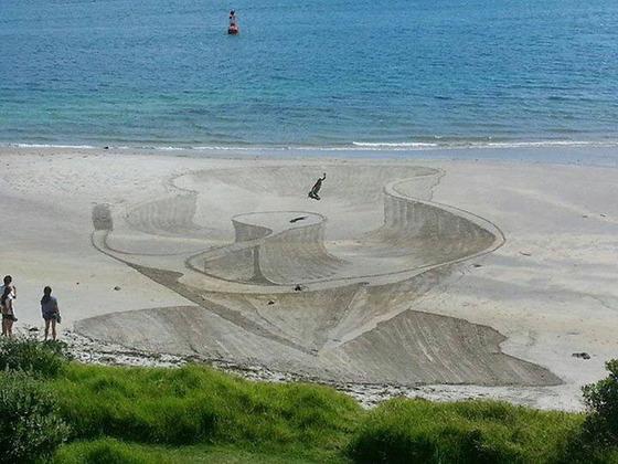ビーチに描かれる3Dアート6