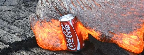 コカ・コーラの缶が粘度のある溶岩に飲み込まれる