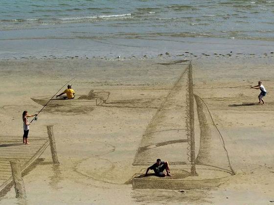 ビーチに描かれる3Dアート2