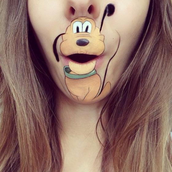 美女が唇を利用して顔に描く20