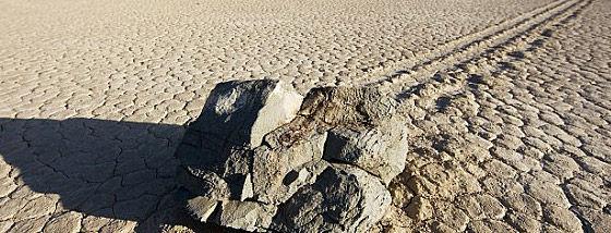あの有名なデスバレーの「動く石」の謎がついに解明される