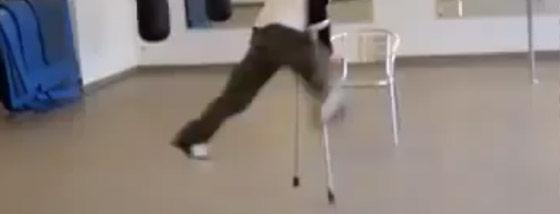 身障者が自らの杖を使って華麗に踊る様がクール!