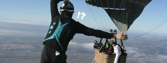 熱気球の間に張ったロープの上を上空で歩いてみた。