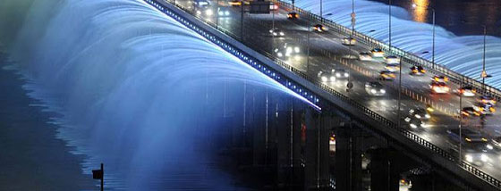 韓国の橋の横から噴水が