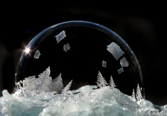 シャボン玉を凍らせるとまるでガラス細工のような美しさ12