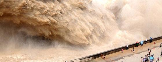 黄河の小浪底ダムの大迫力の放水