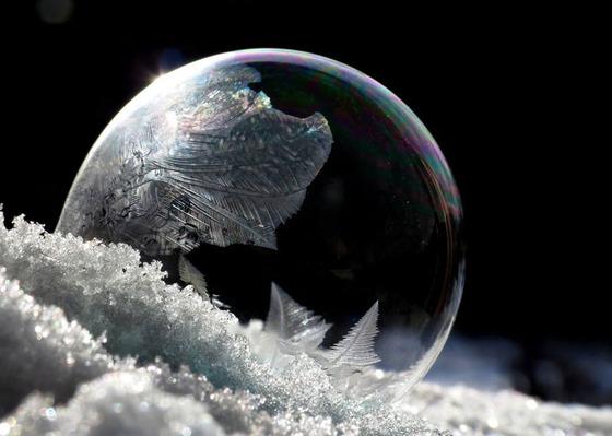 シャボン玉を凍らせるとまるでガラス細工のような美しさ1