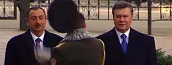 ウクライナの衛兵が大統領を迎える式典で恥ずかしい失敗をしそうに1