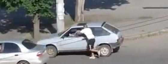 ひたすら交通の邪魔をするおかしな男が殴られる