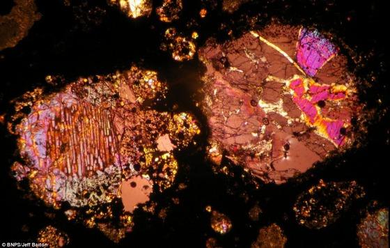 450億年前の隕石の中はまるで万華鏡の様な美しさ11
