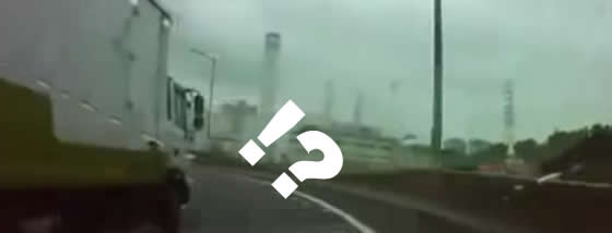 高速道路でトラックの妨害運転と思いきや