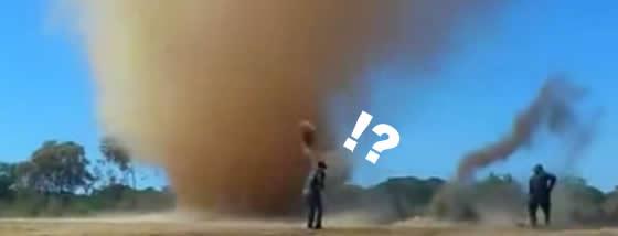 ダストデビル(塵旋風)と遊ぶ人々
