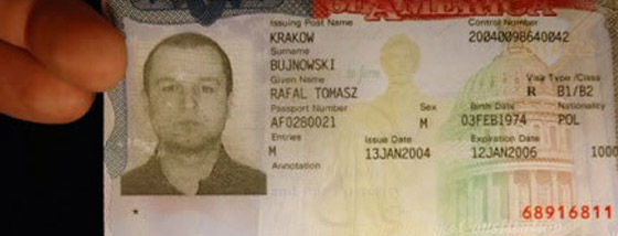写真そっくり絵画の絵描きさんが自画像でパスポート偽造