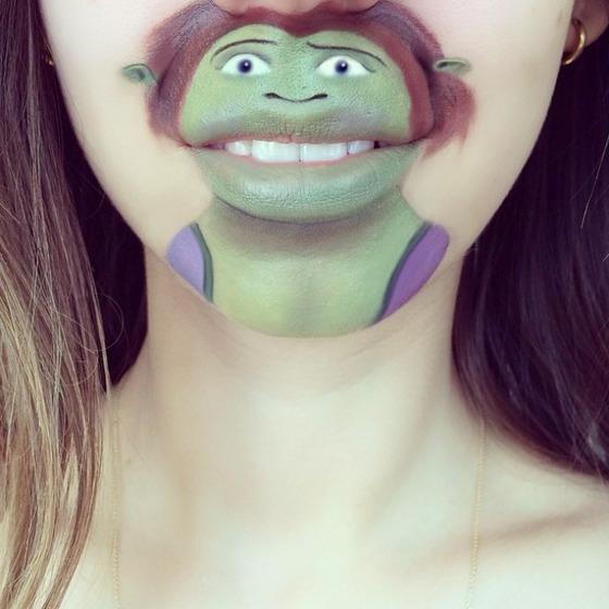 美女が唇を利用して顔に描く14
