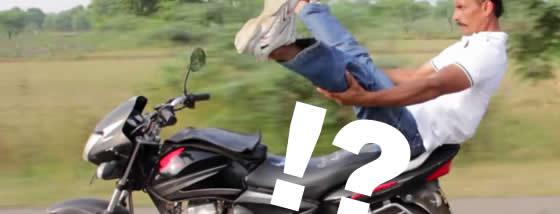 疾走するバイクの上でヨガのポーズを華麗に決める