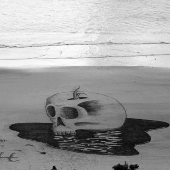 ビーチに描かれる3Dアート4