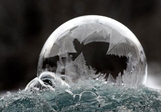 シャボン玉を凍らせるとまるでガラス細工のような美しさ13