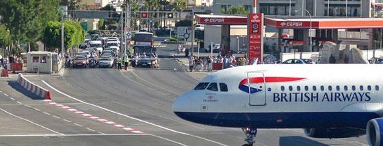 航空機が道路を突っ切っているのか