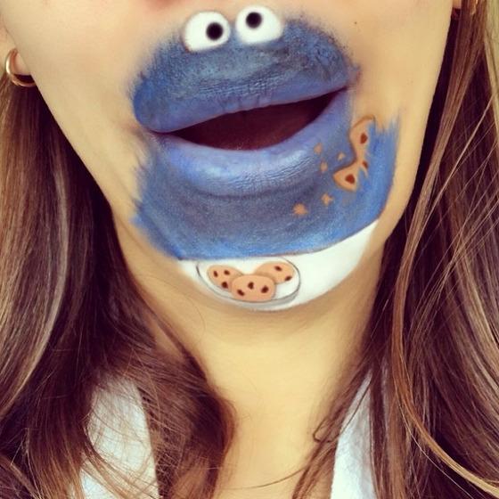 美女が唇を利用して顔に描く10