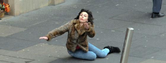 スカーレット・ヨハンソンがコケた瞬間の写真が・・・