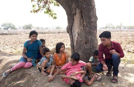 インドの結合双生児は4本の腕と2本の足でたくましく生きている4