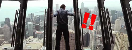 高層ビルの窓ガラスが傾いていく