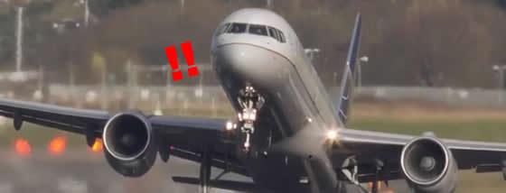 横風に煽られる飛行機の不安さが恐怖を煽る