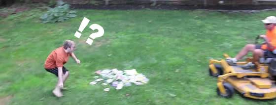 【慟哭】父は息子のゲームを芝刈りで粉砕する