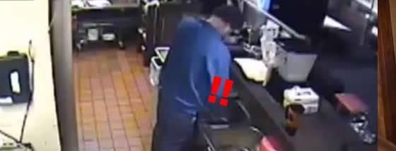 ピザ職人がキッチンでおしっこをした