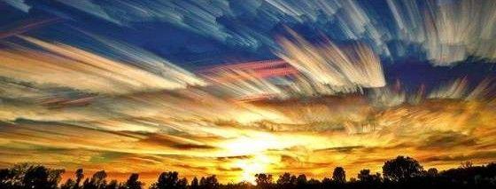 空に染みのような油絵のような