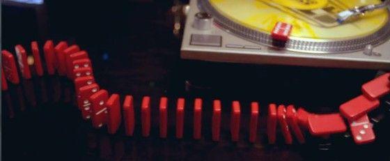 音楽とドミノの融合が複雑な装置とのシンクロに心躍らせる