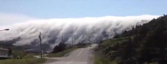 山を乗り越えてくる霧