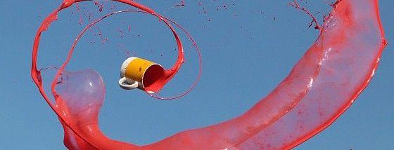 液体の入ったコップを空に向けて投げてみると