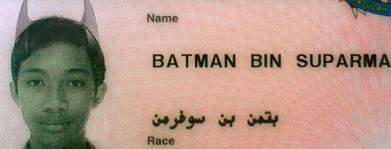 実在のバットマン・ビン・スーパーマンが逮捕された1