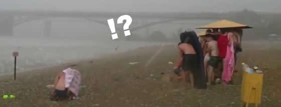 ロシアのビーチで突然の寒波と強風と雹の洗礼