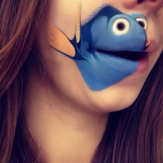 美女が唇を利用して顔に描く8