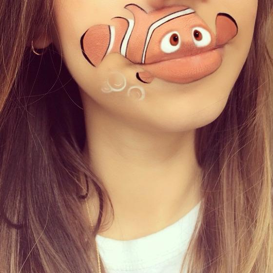 美女が唇を利用して顔に描く2